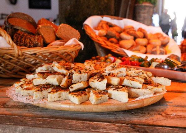 Buffet mit verschiedene Brote